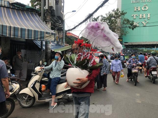 TPHCM: Chợ hoa Hồ Thị Kỷ 'xả hàng' kéo khách ảnh 8