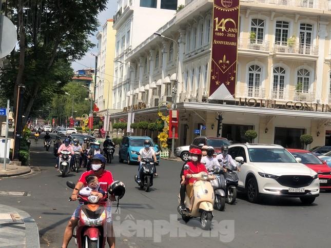 Sài Gòn nhộn nhịp trưa Mùng 1 Tết, dân đeo khẩu trang kín mít đi lễ chùa đầu năm ảnh 3