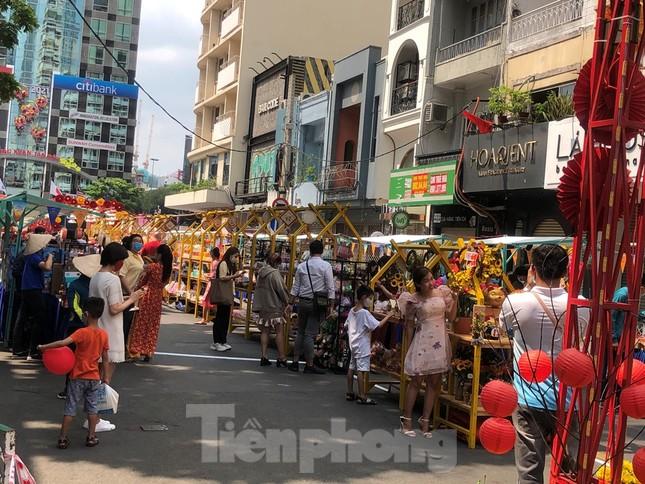 Sài Gòn nhộn nhịp trưa Mùng 1 Tết, dân đeo khẩu trang kín mít đi lễ chùa đầu năm ảnh 6