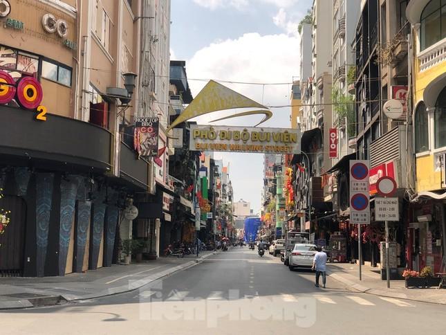 Sài Gòn nhộn nhịp trưa Mùng 1 Tết, dân đeo khẩu trang kín mít đi lễ chùa đầu năm ảnh 5