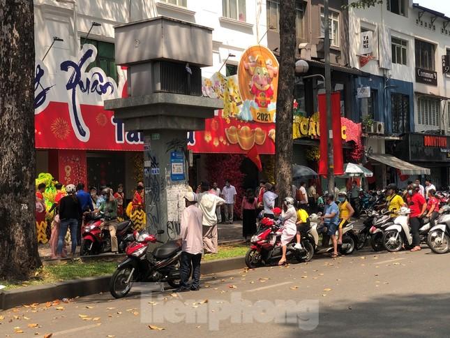 Sài Gòn nhộn nhịp trưa Mùng 1 Tết, dân đeo khẩu trang kín mít đi lễ chùa đầu năm ảnh 13