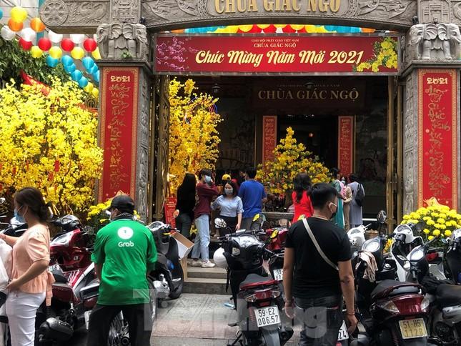 Sài Gòn nhộn nhịp trưa Mùng 1 Tết, dân đeo khẩu trang kín mít đi lễ chùa đầu năm ảnh 14