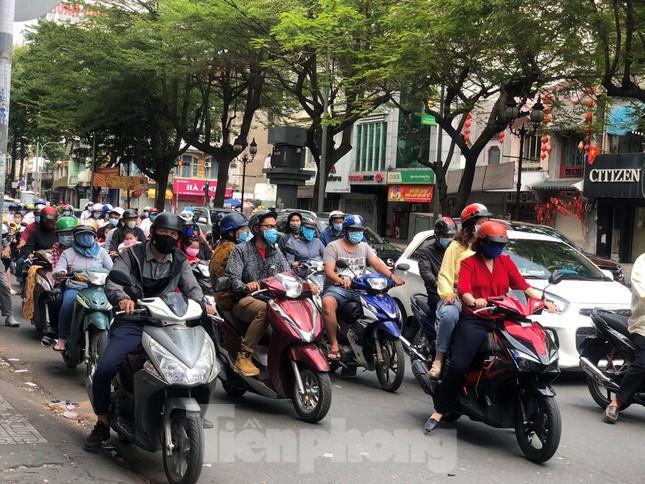 Sài Gòn nhộn nhịp trưa Mùng 1 Tết, dân đeo khẩu trang kín mít đi lễ chùa đầu năm ảnh 1