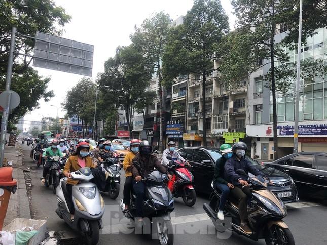 Sài Gòn nhộn nhịp trưa Mùng 1 Tết, dân đeo khẩu trang kín mít đi lễ chùa đầu năm ảnh 2