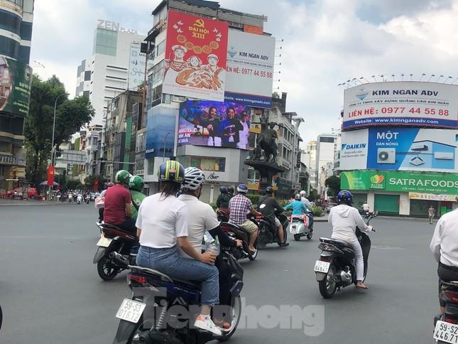 Sài Gòn nhộn nhịp trưa Mùng 1 Tết, dân đeo khẩu trang kín mít đi lễ chùa đầu năm ảnh 4