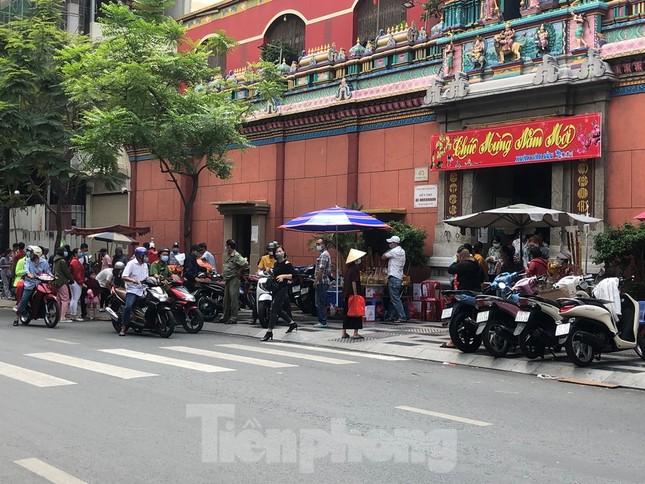 Sài Gòn nhộn nhịp trưa Mùng 1 Tết, dân đeo khẩu trang kín mít đi lễ chùa đầu năm ảnh 15