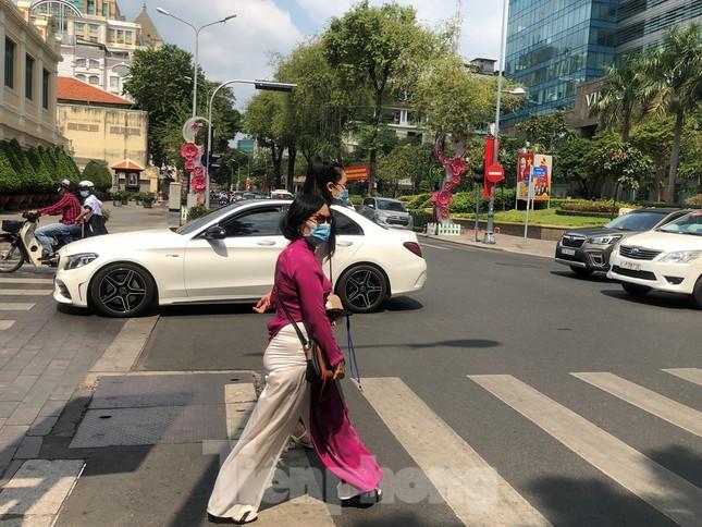 Sài Gòn nhộn nhịp trưa Mùng 1 Tết, dân đeo khẩu trang kín mít đi lễ chùa đầu năm ảnh 8