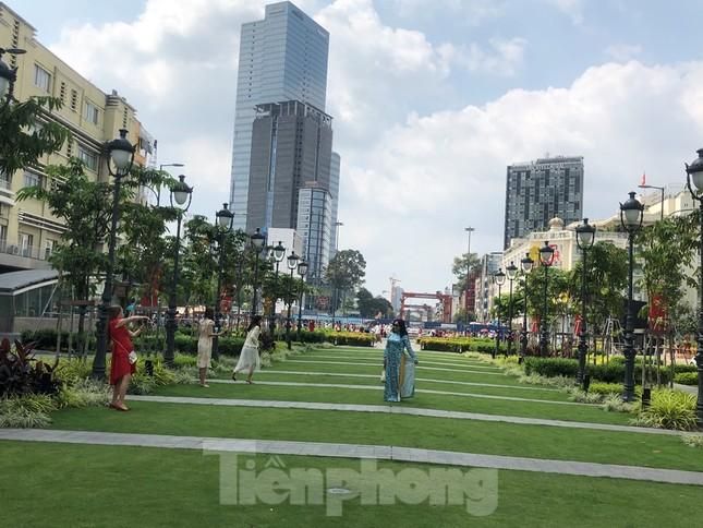 Sài Gòn nhộn nhịp trưa Mùng 1 Tết, dân đeo khẩu trang kín mít đi lễ chùa đầu năm ảnh 9