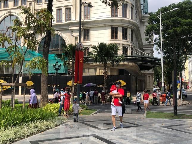 Sài Gòn nhộn nhịp trưa Mùng 1 Tết, dân đeo khẩu trang kín mít đi lễ chùa đầu năm ảnh 10