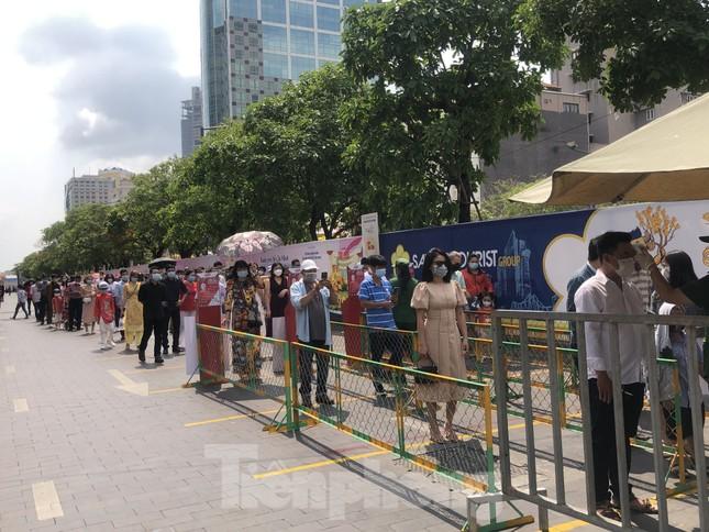 Sài Gòn nhộn nhịp trưa Mùng 1 Tết, dân đeo khẩu trang kín mít đi lễ chùa đầu năm ảnh 11