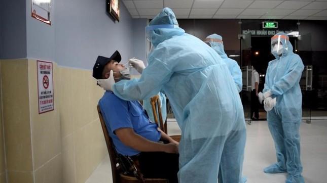 Nhân viên y tế TPHCM 'trắng đêm' mùng 1 Tết lấy mẫu xét nghiệm diện rộng ảnh 3