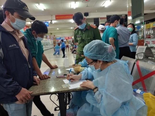 Nhân viên y tế TPHCM 'trắng đêm' mùng 1 Tết lấy mẫu xét nghiệm diện rộng ảnh 1