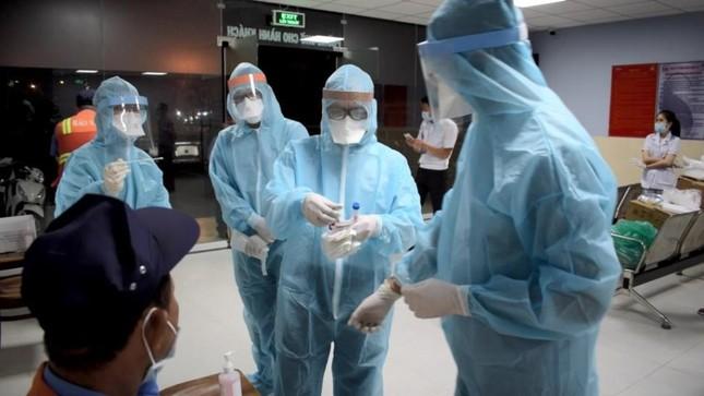 Nhân viên y tế TPHCM 'trắng đêm' mùng 1 Tết lấy mẫu xét nghiệm diện rộng ảnh 2