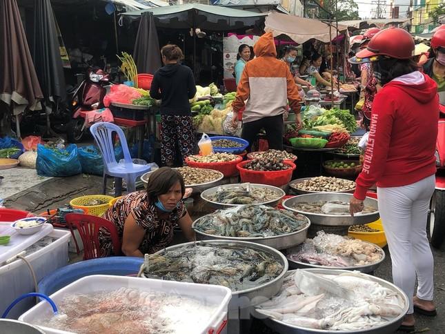 Sáng mùng 3 Tết, dân Sài Gòn xếp hàng vào siêu thị mua gà cúng ảnh 14