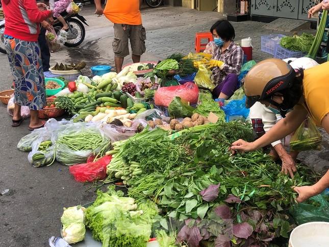 Sáng mùng 3 Tết, dân Sài Gòn xếp hàng vào siêu thị mua gà cúng ảnh 15