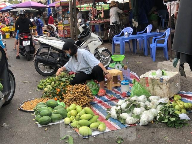 Sáng mùng 3 Tết, dân Sài Gòn xếp hàng vào siêu thị mua gà cúng ảnh 16