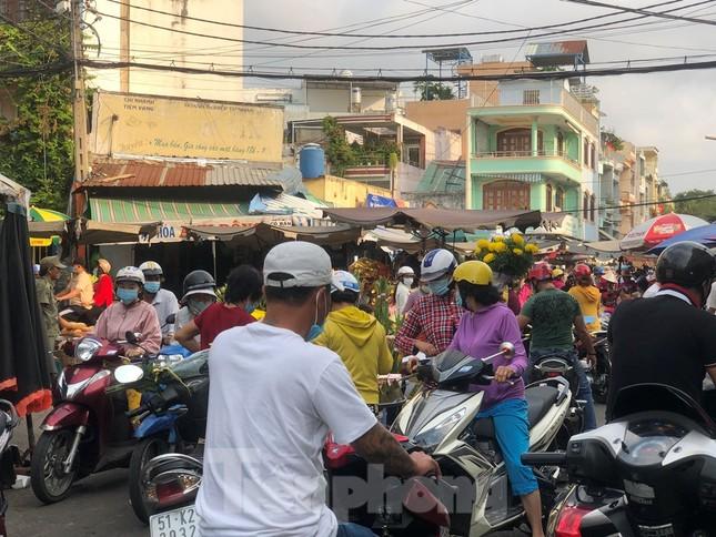 Sáng mùng 3 Tết, dân Sài Gòn xếp hàng vào siêu thị mua gà cúng ảnh 19
