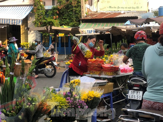 Sáng mùng 3 Tết, dân Sài Gòn xếp hàng vào siêu thị mua gà cúng ảnh 17