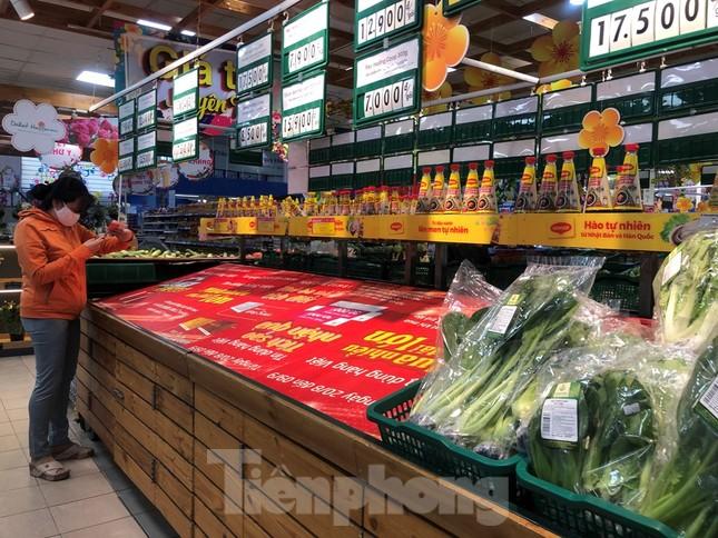 Sáng mùng 3 Tết, dân Sài Gòn xếp hàng vào siêu thị mua gà cúng ảnh 9