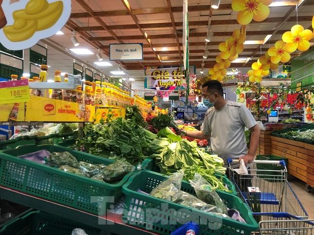Sáng mùng 3 Tết, dân Sài Gòn xếp hàng vào siêu thị mua gà cúng ảnh 8