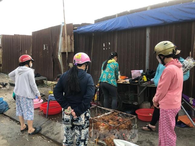 Sáng mùng 3 Tết, dân Sài Gòn xếp hàng vào siêu thị mua gà cúng ảnh 4