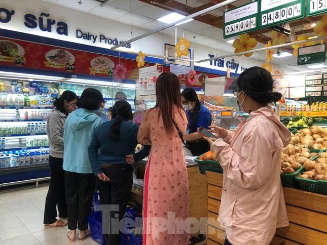 Sáng mùng 3 Tết, dân Sài Gòn xếp hàng vào siêu thị mua gà cúng ảnh 3