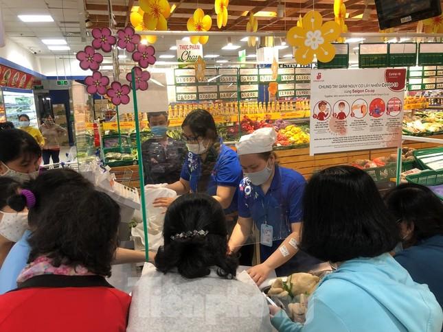 Sáng mùng 3 Tết, dân Sài Gòn xếp hàng vào siêu thị mua gà cúng ảnh 1