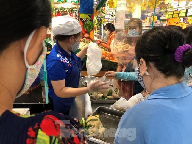 Sáng mùng 3 Tết, dân Sài Gòn xếp hàng vào siêu thị mua gà cúng ảnh 2