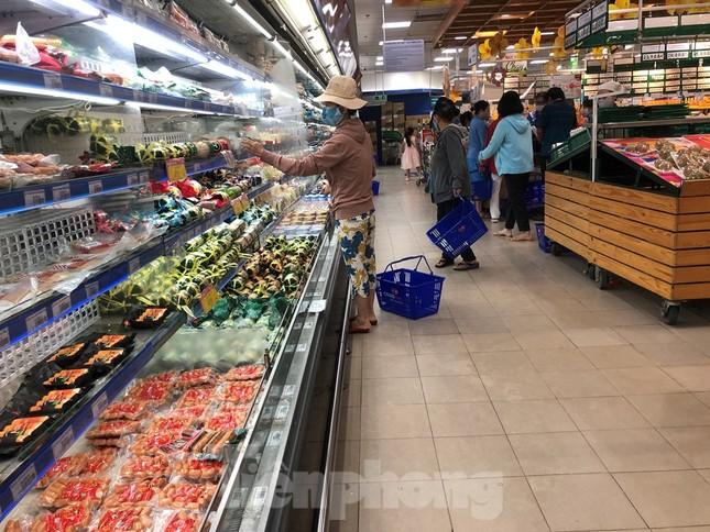 Sáng mùng 3 Tết, dân Sài Gòn xếp hàng vào siêu thị mua gà cúng ảnh 10