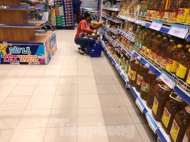Sáng mùng 3 Tết, dân Sài Gòn xếp hàng vào siêu thị mua gà cúng ảnh 11