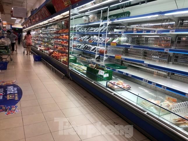 Sáng mùng 3 Tết, dân Sài Gòn xếp hàng vào siêu thị mua gà cúng ảnh 12