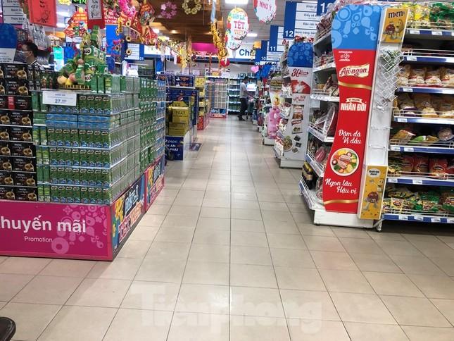 Sáng mùng 3 Tết, dân Sài Gòn xếp hàng vào siêu thị mua gà cúng ảnh 13