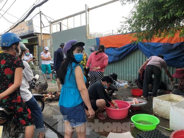 Sáng mùng 3 Tết, dân Sài Gòn xếp hàng vào siêu thị mua gà cúng ảnh 5