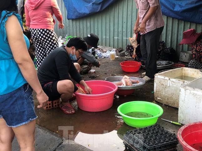 Sáng mùng 3 Tết, dân Sài Gòn xếp hàng vào siêu thị mua gà cúng ảnh 6