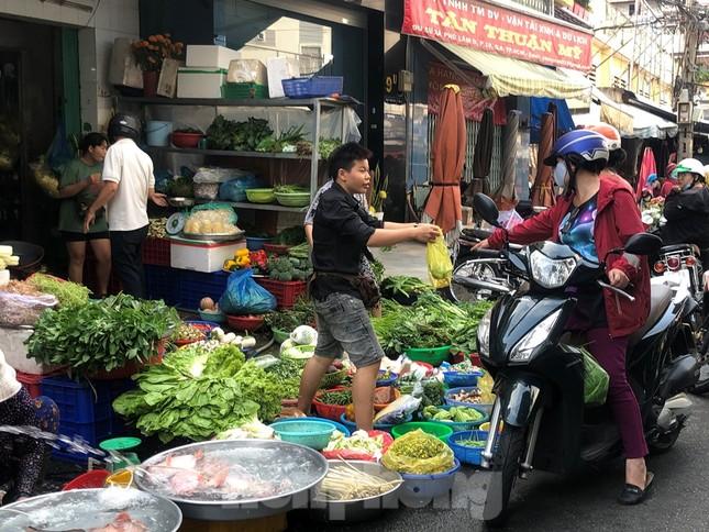 Sáng mùng 3 Tết, dân Sài Gòn xếp hàng vào siêu thị mua gà cúng ảnh 18