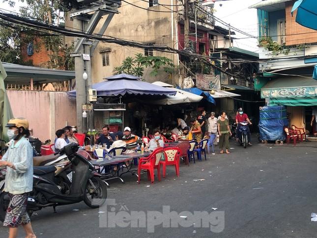TPHCM: Sau 9 ngày bị phong tỏa, dân Mả Lạng ra đường ăn mừng được 'giải phóng' ảnh 2