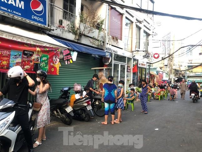 TPHCM: Sau 9 ngày bị phong tỏa, dân Mả Lạng ra đường ăn mừng được 'giải phóng' ảnh 4