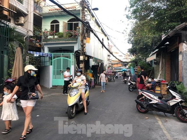 TPHCM: Sau 9 ngày bị phong tỏa, dân Mả Lạng ra đường ăn mừng được 'giải phóng' ảnh 3