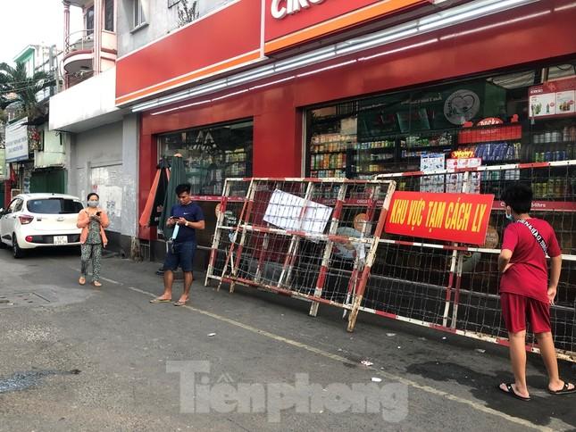 TPHCM: Sau 9 ngày bị phong tỏa, dân Mả Lạng ra đường ăn mừng được 'giải phóng' ảnh 1
