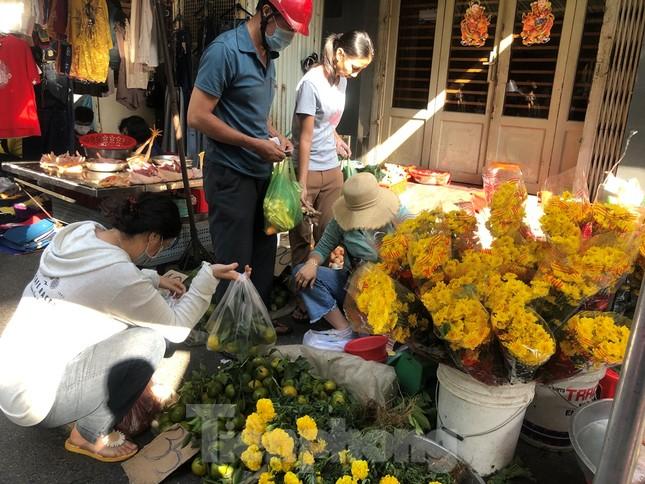 Chen chân mua đồ cúng trước ngày Vía Thần tài ảnh 15