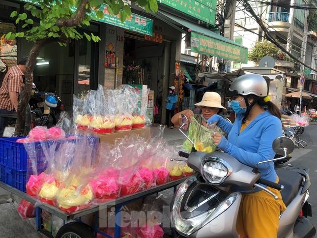 Chen chân mua đồ cúng trước ngày Vía Thần tài ảnh 4