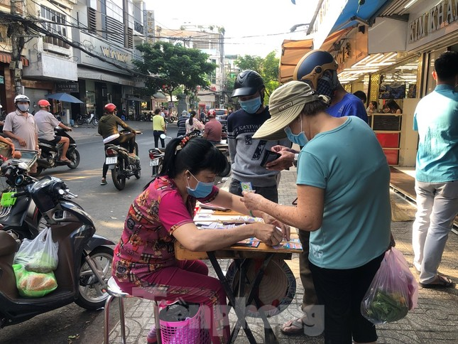 Chen chân mua đồ cúng trước ngày Vía Thần tài ảnh 20