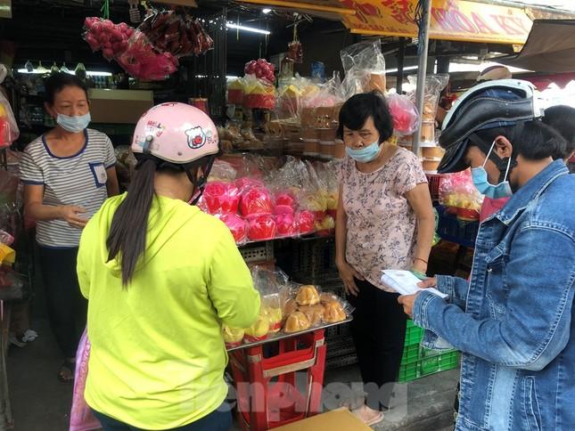 Chen chân mua đồ cúng trước ngày Vía Thần tài ảnh 2