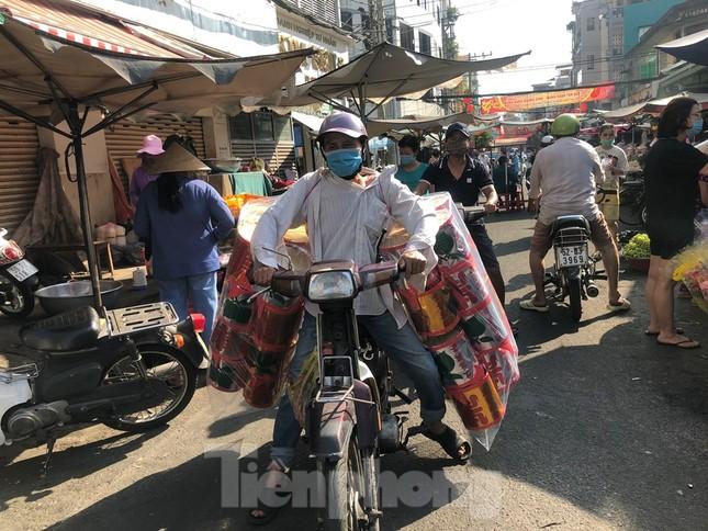 Chen chân mua đồ cúng trước ngày Vía Thần tài ảnh 12