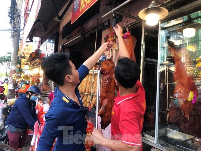 Khách chen lấn chờ mua, cửa hàng heo quay TPHCM 'hốt bạc' ngày Vía Thần Tài ảnh 2