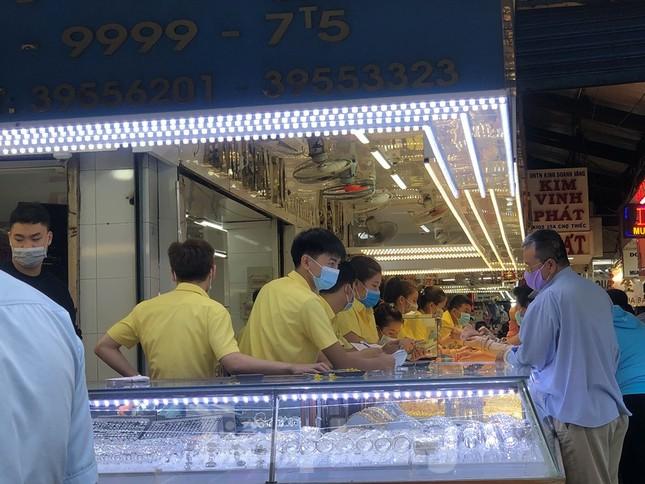 Khách chen lấn chờ mua, cửa hàng heo quay TPHCM 'hốt bạc' ngày Vía Thần Tài ảnh 15