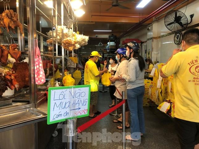 Khách chen lấn chờ mua, cửa hàng heo quay TPHCM 'hốt bạc' ngày Vía Thần Tài ảnh 3