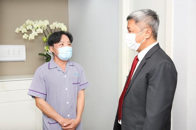 Thứ trưởng Bộ Y tế thăm chàng trai từng phải sống với 'gương mặt quỷ' ảnh 1
