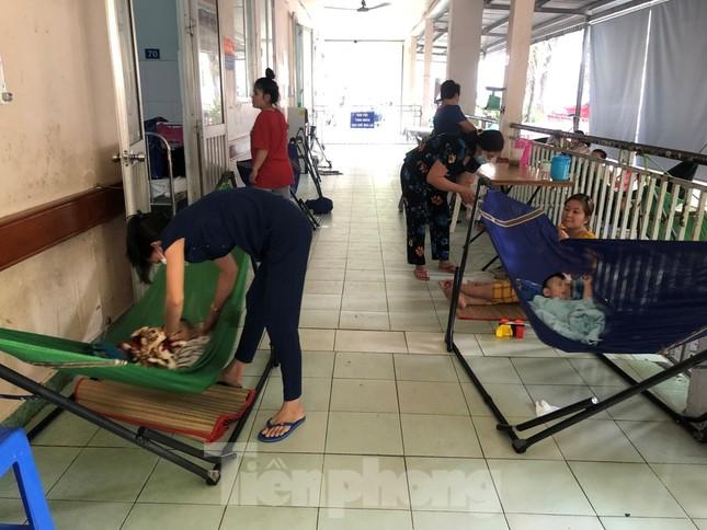 Trẻ nhập viện tăng cao, phụ huynh mắc võng ngoài hành lang chăm con ảnh 7
