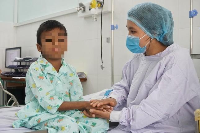 Bé trai 9 tuổi được cứu sống nhờ quả thận của người cha ảnh 2